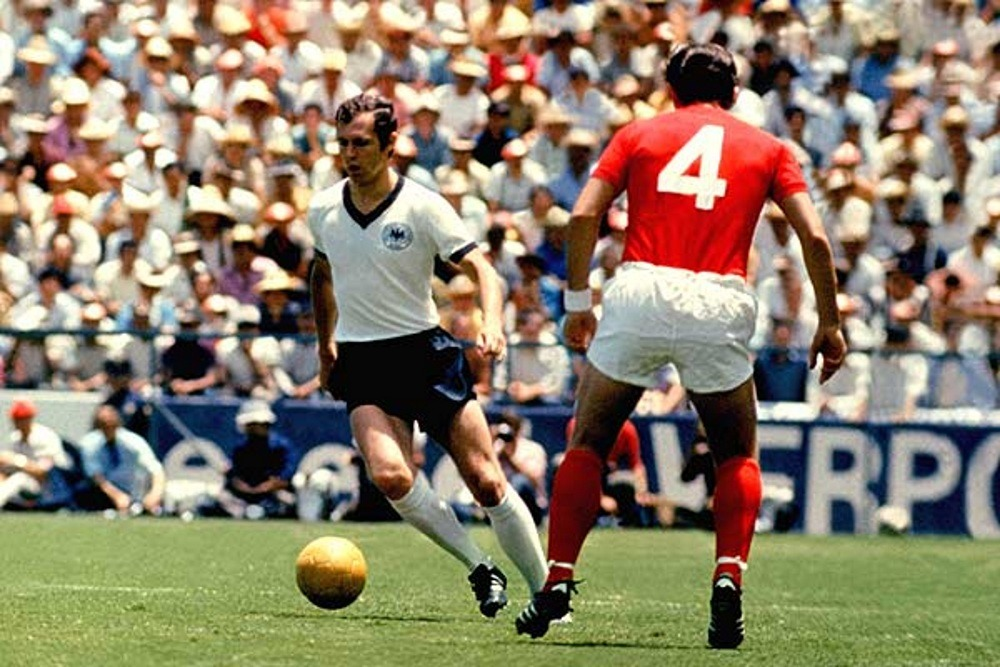 Franz Beckenbauer dribbling his adversaries