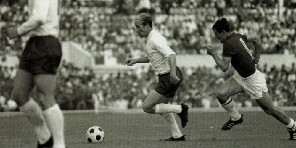 Bobby Charlton dribbling