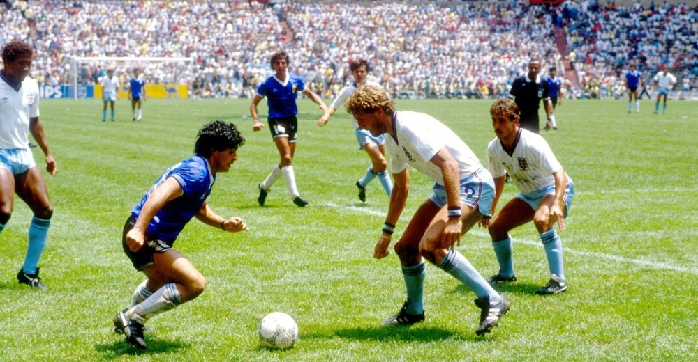 Maradona dribbling his adversaries